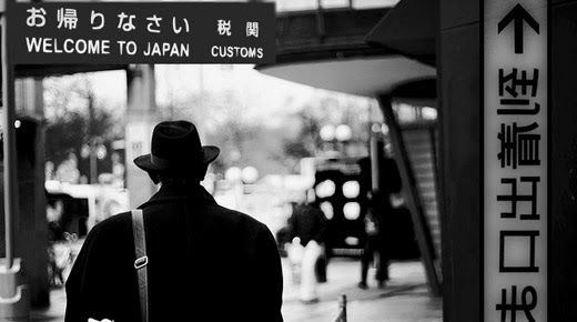 Un extraño hombre de una realidad alternativa arribo en Japón 437dd-a-strange-man-from-an-alternative-reality-arrived-in-japan-1954